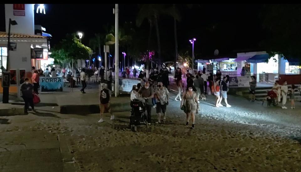 Malecón de Puerto Vallarta lleno de vacacionistas