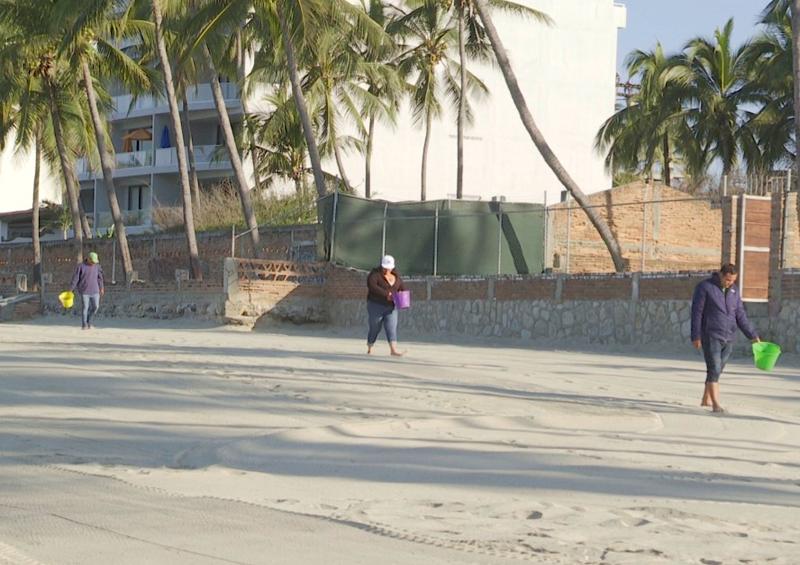 El ayuntamiento limpia las playas, los caballos las contaminan