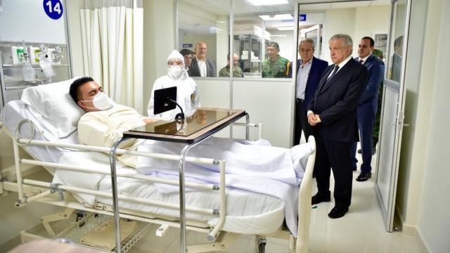 AMLO sin cubrebocas en hospital