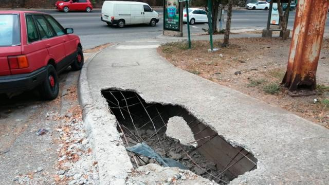 Se abre peligroso socavón en el par vial 12 de octubre