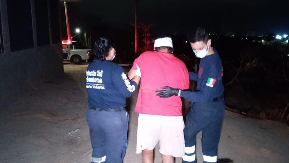 Policía municipal llevando a un herido