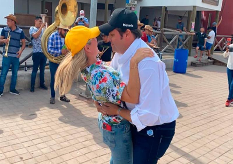 Candidato a gobernador de Sinaloa visita playa y baila