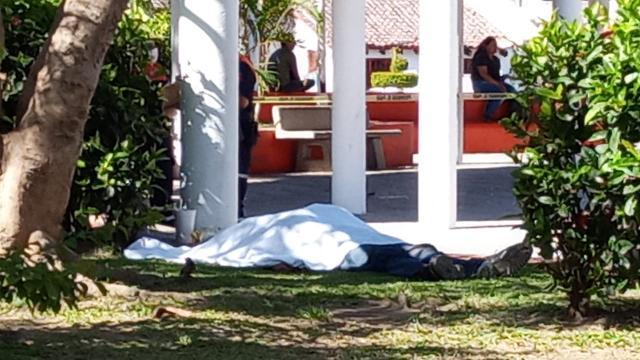 Localizan cadáver en plaza del Pitillal