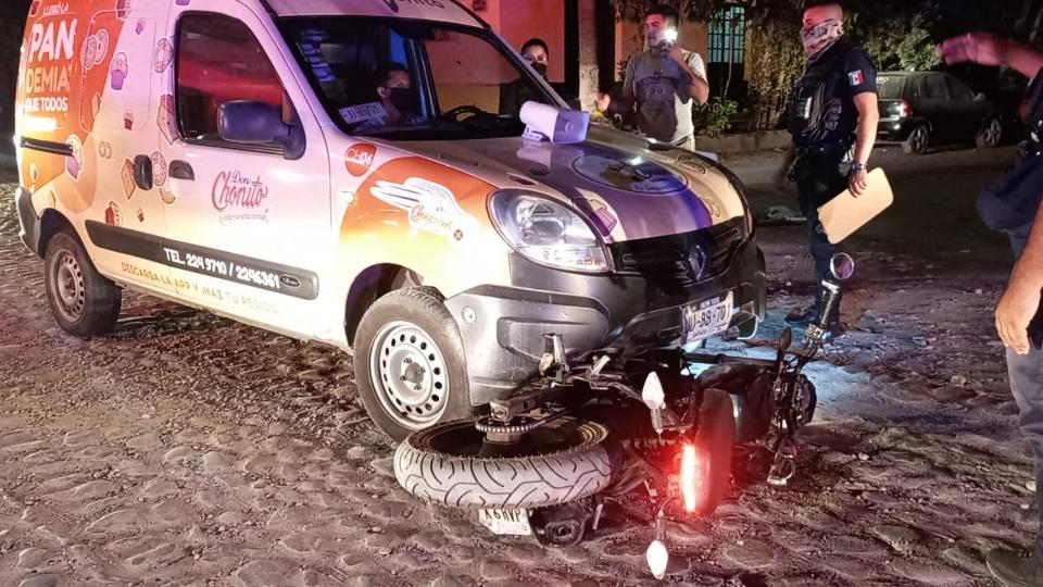 Camioneta repartidora de pan atropella a una motocicleta