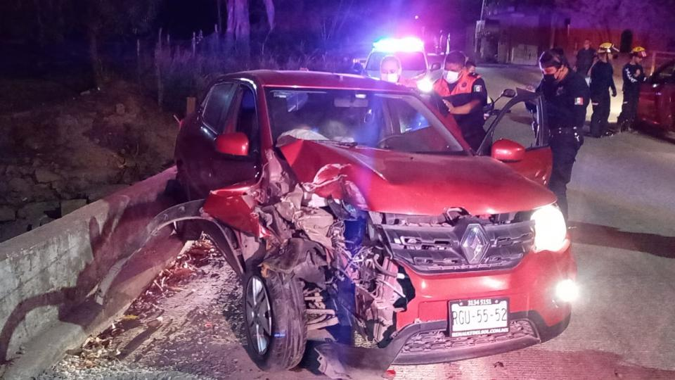 Auto destrozado por la parte de enfrente