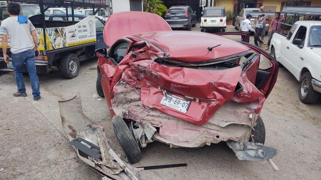 Camión desbarata un auto en Las Peñas