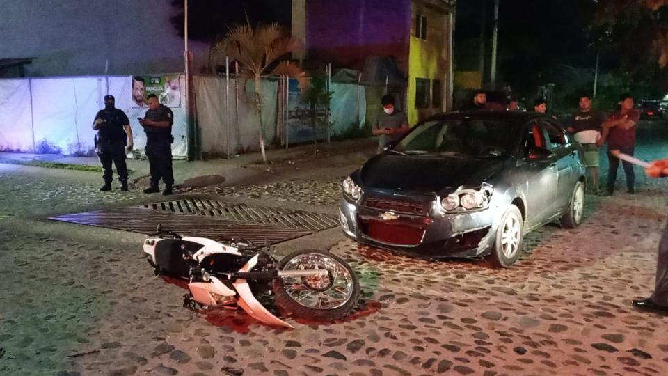 Enésimo y desigual choque de moto contra auto; un herido