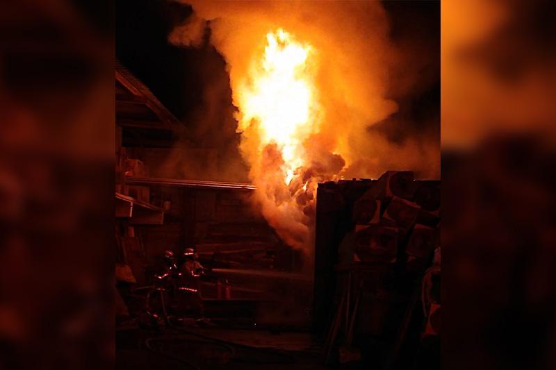 Carpintería incendiada en Mezcales
