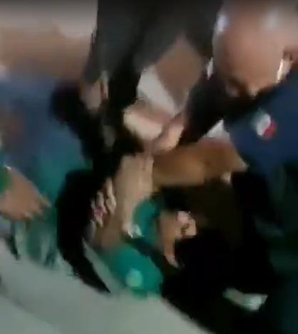 Policía agrediendo al padre de menor violada