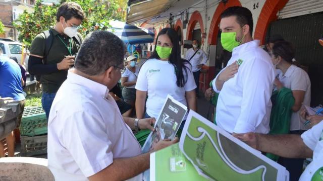 Luis Munguía en mercado de Puerto Vallarta