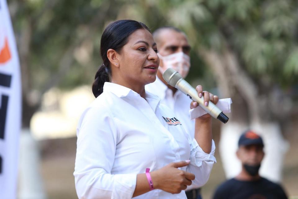 Lupita Guerrero apoyará familias vallartenses