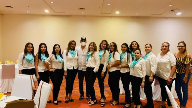Luis Munguía con mujeres empresarias