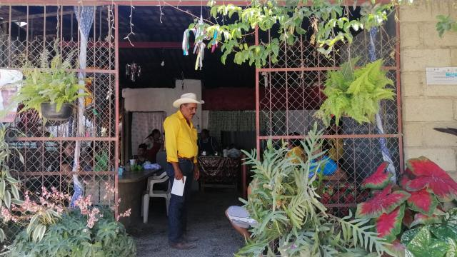 Otoniel recorriendo comercios de Ixtapa