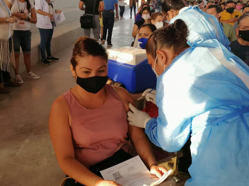Vacunados mil 400 maestros y personal administrativo