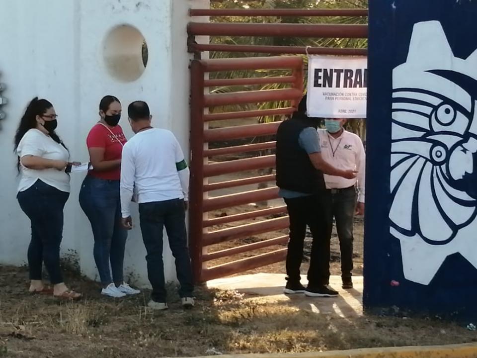 Vacunación a maestros de Bahía de Banderas