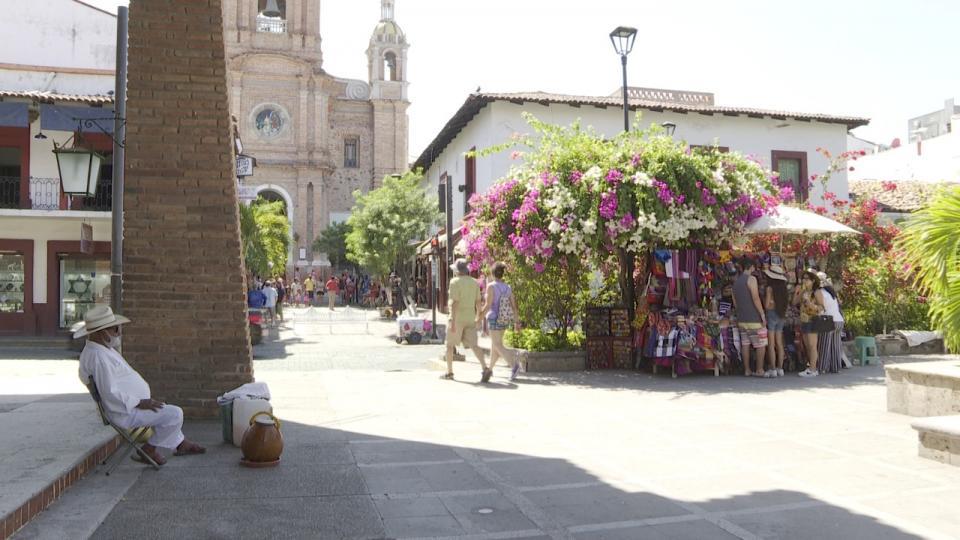 Vendedores de artesanías en plaza municipal