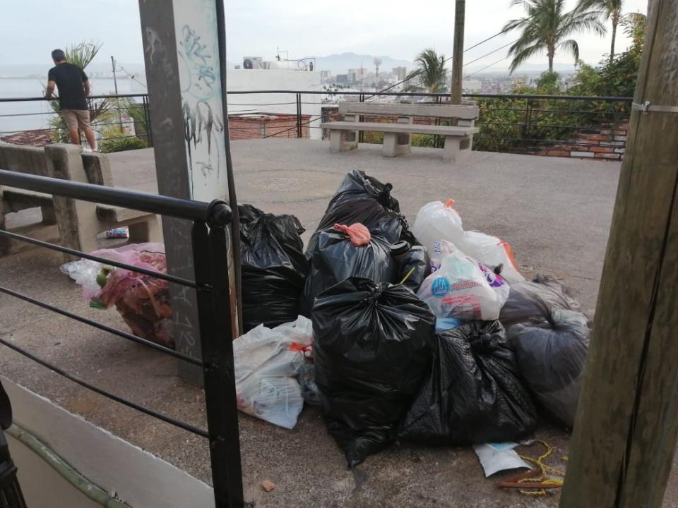 Bolsas de basura en mirador de Puerto Vallarta