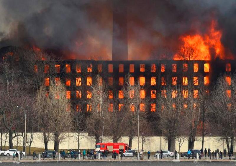 Gigantesco incendio en una fábrica histórica de San Petersburgo