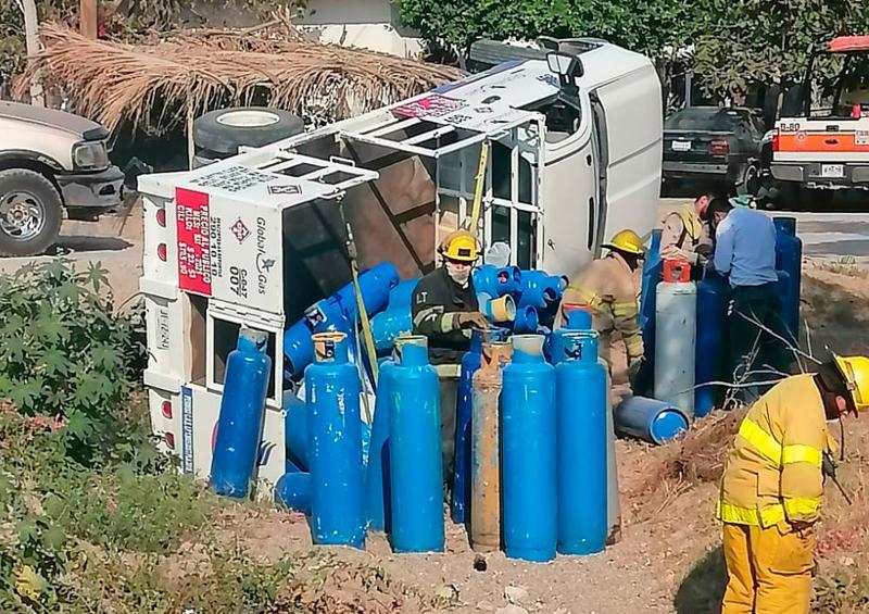 Por falta de pericia, una camioneta de gas cayó al canal