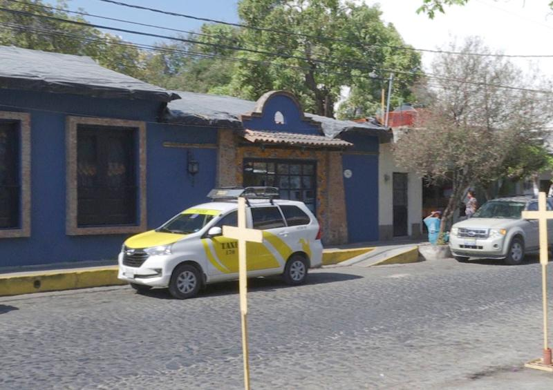 Tras protestas cerró bar frente a templo Santa Cruz