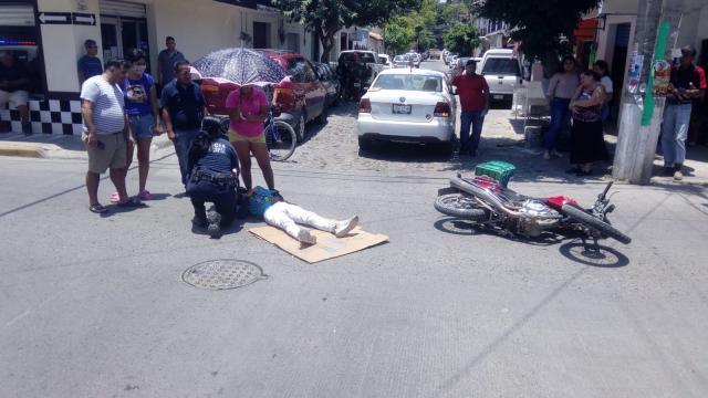 Choca moto con automóvil en El Pitillal
