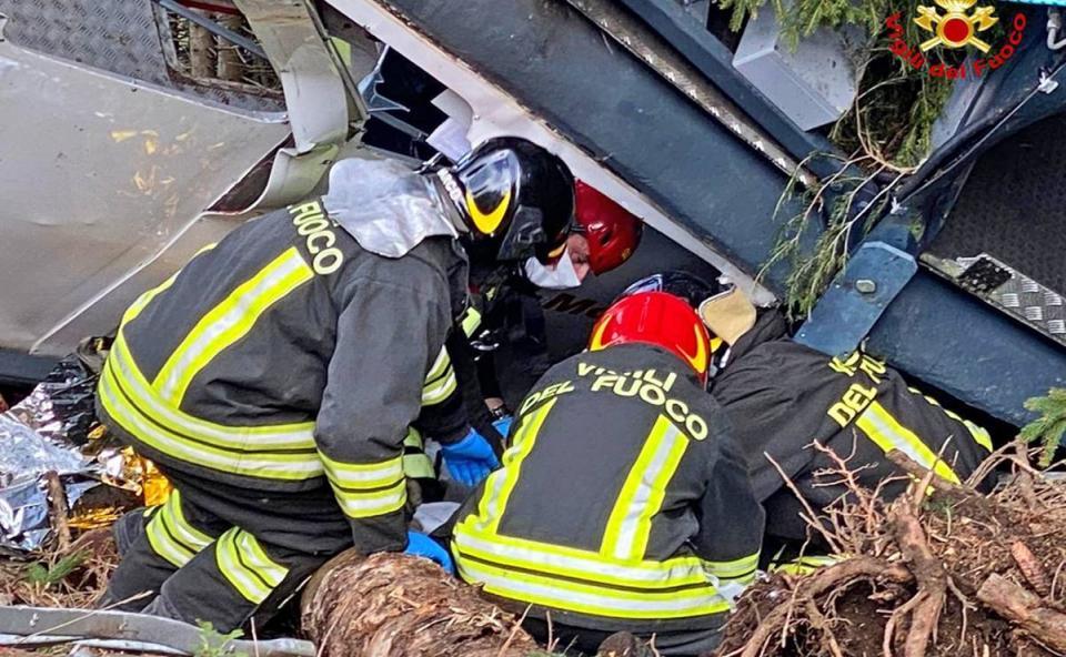 Aumentan víctimas tras caída de teleférico en Italia