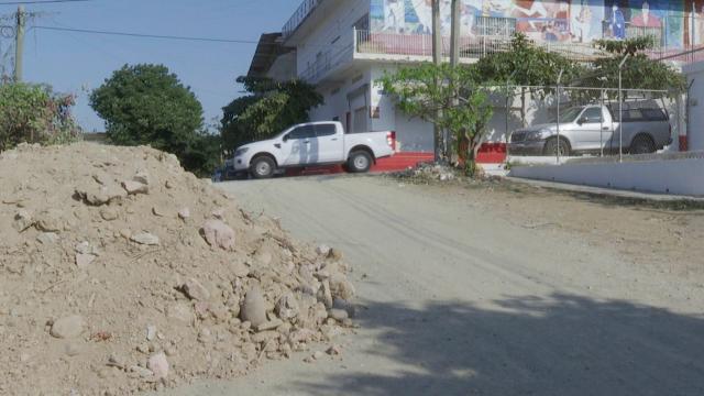 Tiran escombro en calle Miramar en el Coapinole