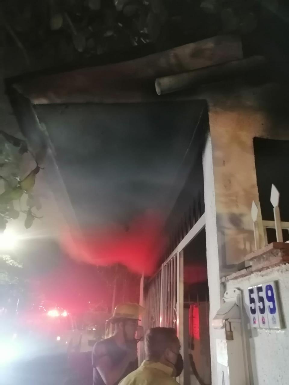 Bomberos combatiendo incendio en Ixtapa