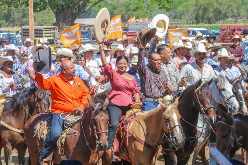 Cabalgan más de mil jinetes en apoyo a Lupita Guerrero