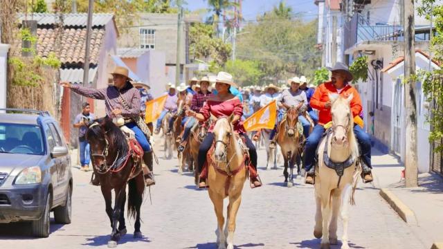 Lupita Guerrero encabeza cabalgata de Movimiento Ciudadano
