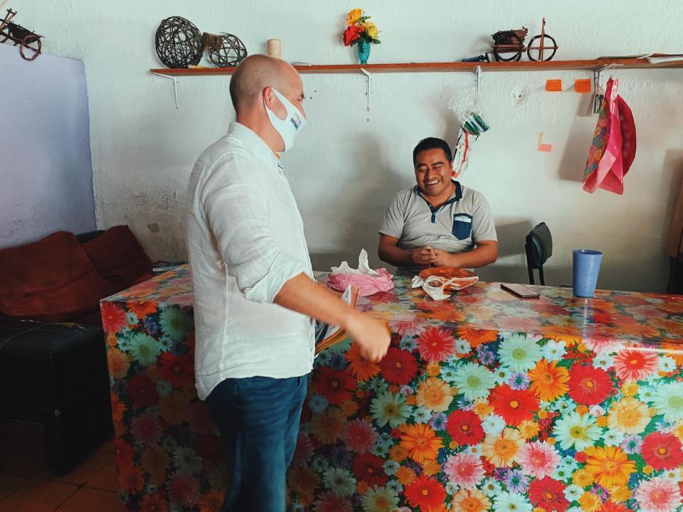 Carlos Gerard con un comerciante