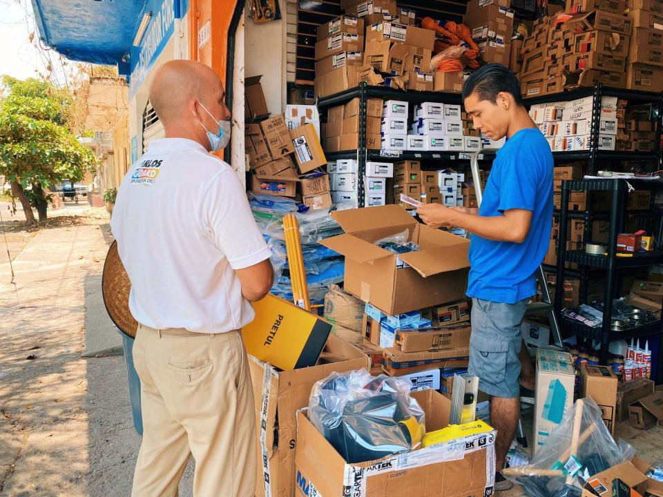 Carlos Gerard con comerciantes