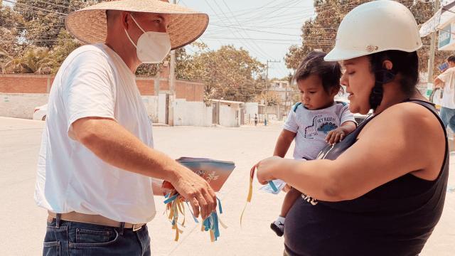 Carlos Gerard felicita a madres de familia