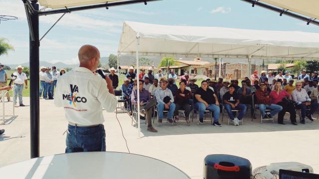Carlos Gerard presenta proyectos en su recorrido por Mascota