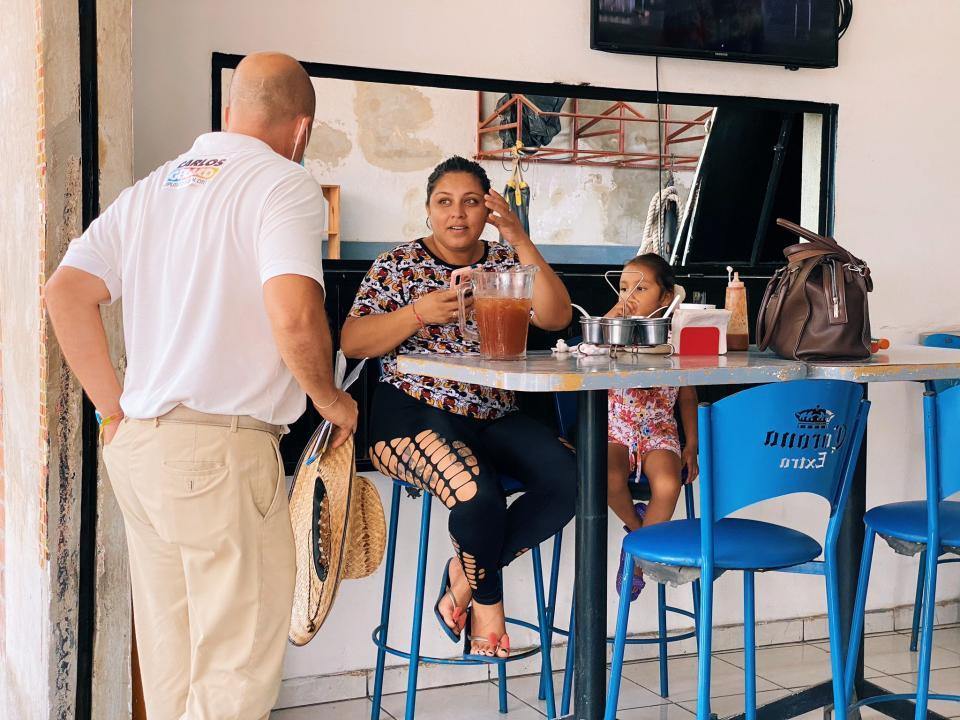 Carlos Gerard visita comercios de Vallarta
