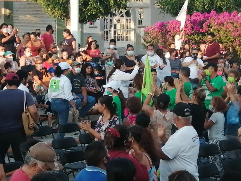Carmina Regalado saludando a vecinos San Juan de Abajo