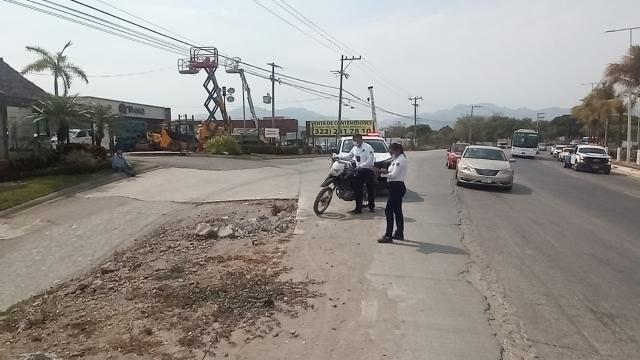 Derrapa motociclista sobre la carretera Federal 200