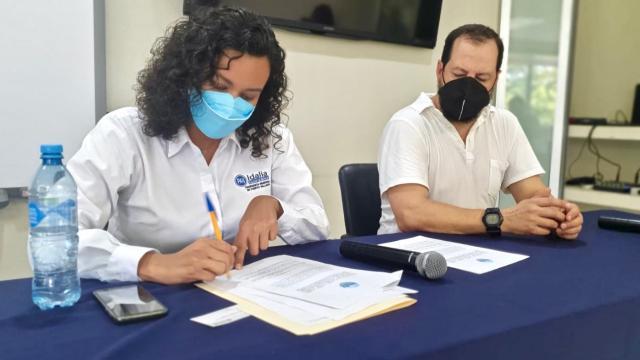 Idalia González firma compromiso con empresarios