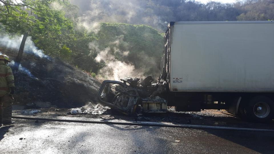 Se registra incendio en la carretera federal 200