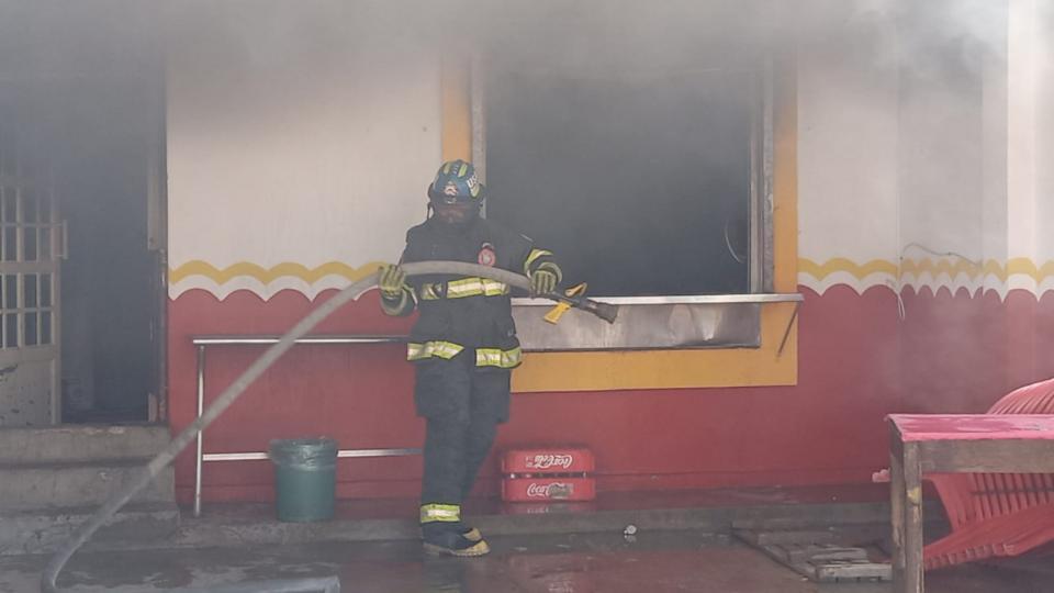 Se incendia taquería en la colonia Bobadilla