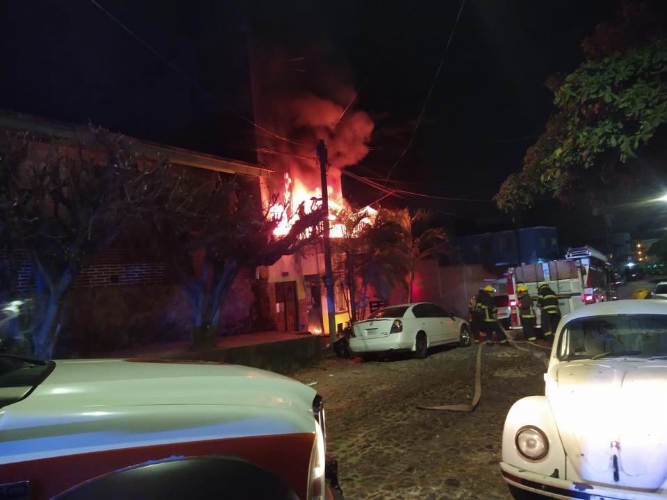 Incendio infernal acaba con edificio