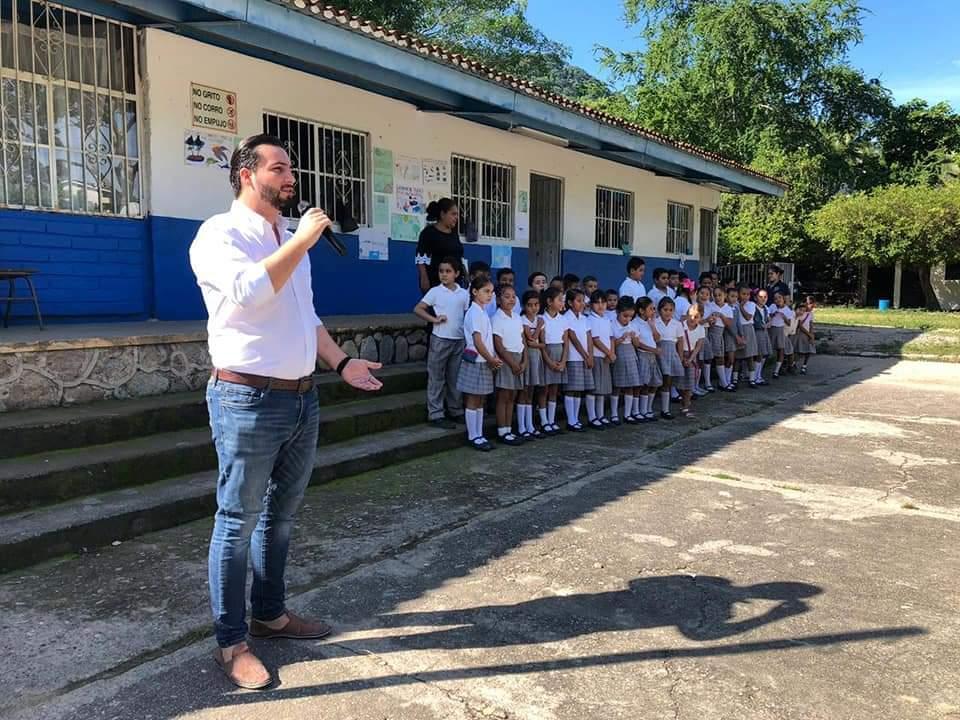 Luis Mungía día del maestro