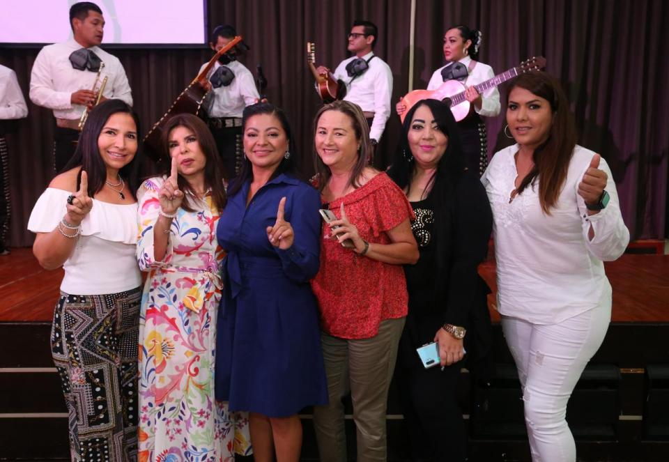 Lupita Guerrero con mujeres empresarias