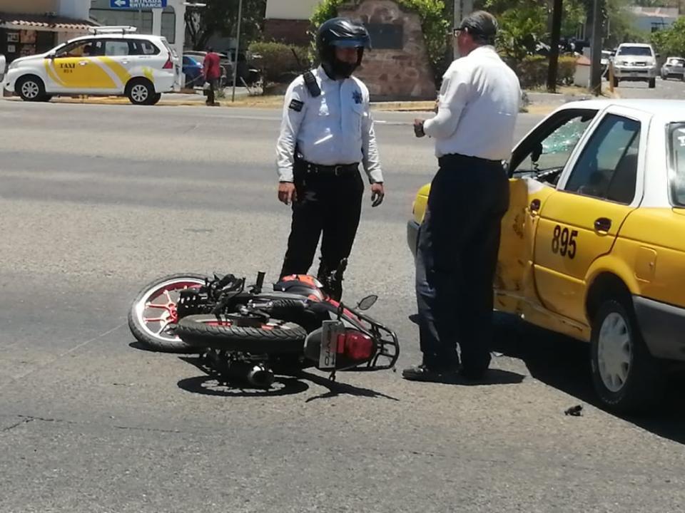 Motociclista choca con taxi
