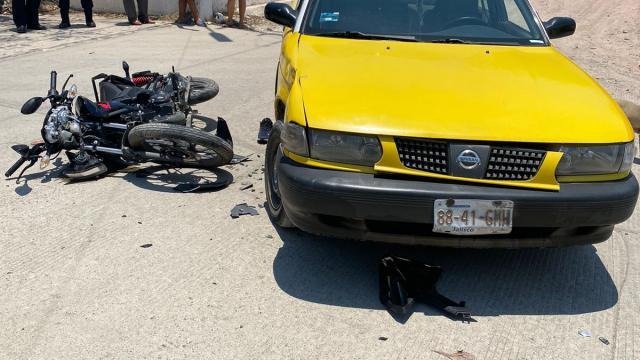Otro motociclista choca con taxi