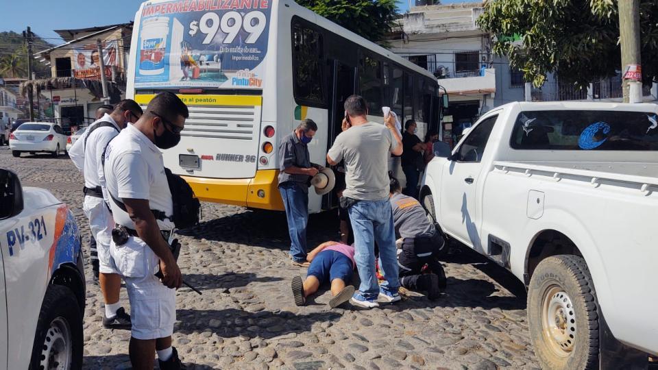 Mujer cae de camión en 5 de Diciembre