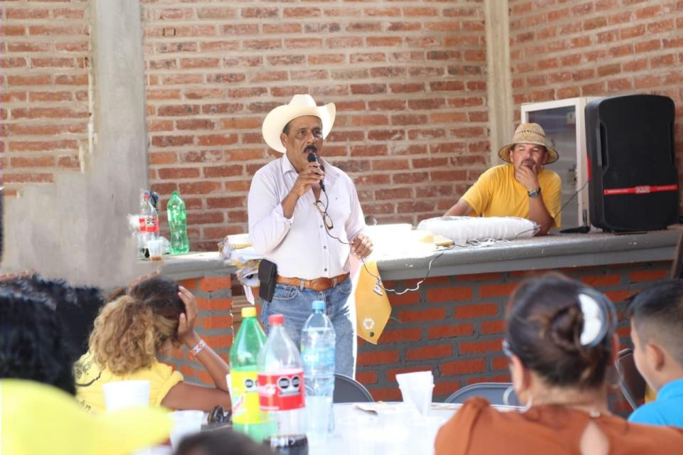 Otoniel Barragán con taxistas