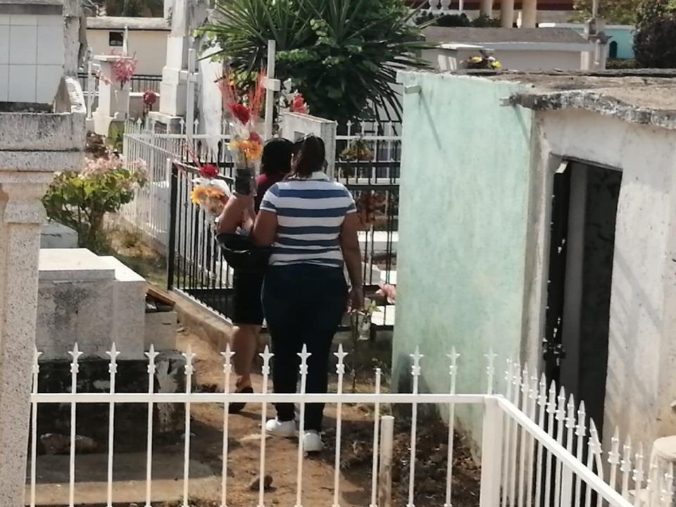 Tranquila jornada de día de las madres en panteones de Bahía