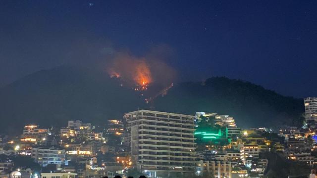 parece decontrolado el incendio del cerro en puerto vallarta