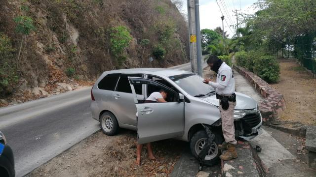 Conductor choca contra un poste en carretera 200